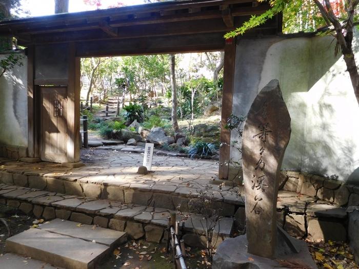 """川を挟んで等々力不動尊の反対側へ行くと、風格のある""""かぶき門""""が目印の「日本庭園」があります。庭園の中には無料で開放されている書院があり、縁台に座ってお庭を眺めながらゆっくり寛ぐことができます。"""