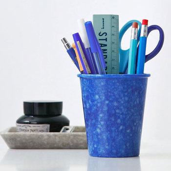 筆記具やハサミなどを手軽に入れられる、ペン立てを利用した「立てる収納」は、一番手軽な収納法です。ただ、あまりたくさん入れすぎず、使用頻度の高いものを優先して入れるのがポイントです。