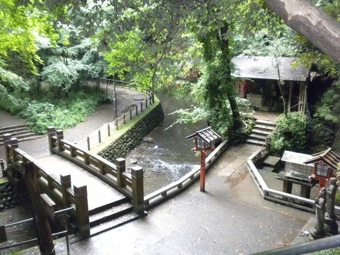 横穴墓近くの広場や弘法大師の稚児像が祀られている「稚児大師堂」を過ぎ、さらに下流に向かって歩くと、次に見えてくるのが「利剣の橋」です。