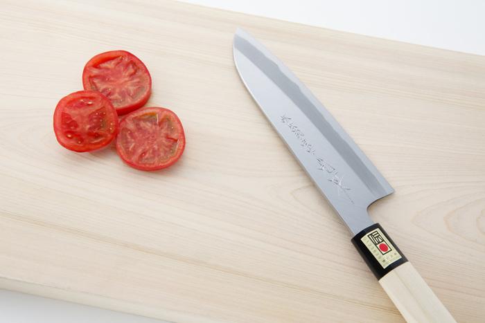 大阪・堺では主に料理人や魚屋が使用するプロ用の刃物が製作されていて、そのシェアは全国の90%近くを占めるほど。堺の600年以上にわたる打刃物の伝統を受け継いだ「森本刃物製作所」の包丁は、どこか凛とした佇まいです。