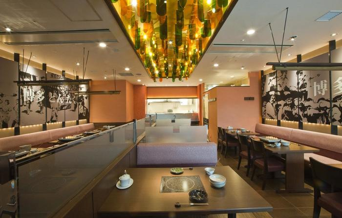 店内はテーブル席とブース席があり、カップルや家族連れなど幅広いシーンで使えそうですね。壁には博多どんたくの絵が飾ってあるのので、福岡の雰囲気を味わいながら美味しいもつ鍋をいただけますよ!