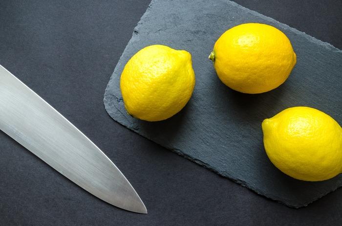 お漬物や柑橘類など塩分や酸性の強い食品を切ったときは、なるべく早く包丁を洗ったほうがよいそうです。そのまま放置すると、サビや変色の原因になることも。