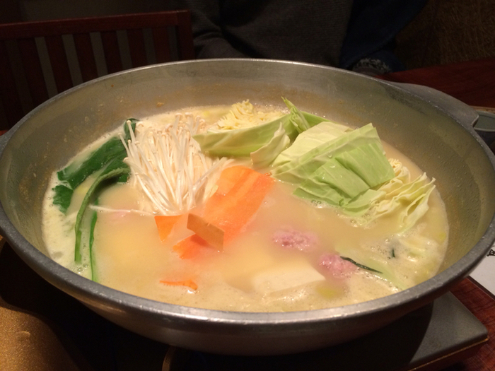 水炊きは店員さんが作ってくれます。九州産の鶏を水だけでじっくりと炊き上げたスープは濃厚な味わい。鶏の旨味が凝縮していて、飲み干してしまいそうな美味しさです。プリプリの鶏肉を葱と一緒に黄金ポン酢につけて召し上がれ♪
