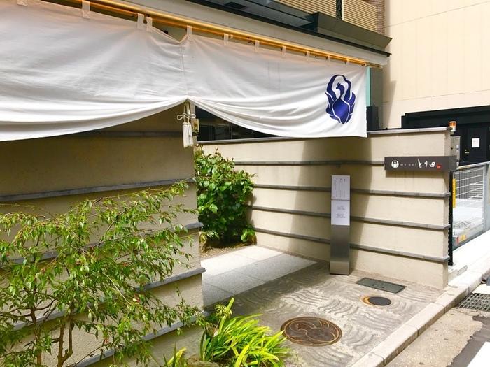 地下鉄「中洲川端駅」から徒歩2分のところにある「とり田 博多本店」。水炊きの名店として知られ、上品な雰囲気や接客はおもてなしにもぴったりです♪