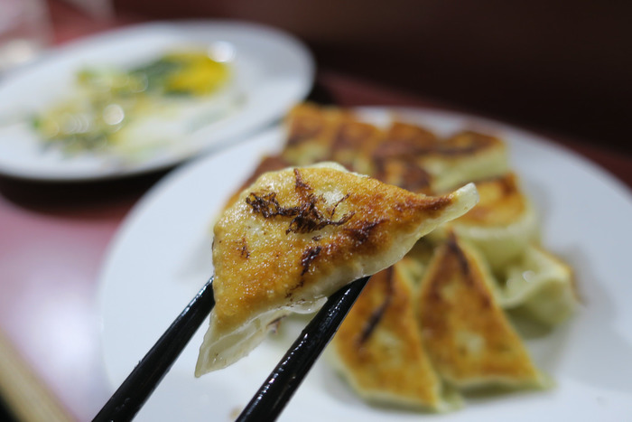 博多名物の一口餃子は、その名の通り、一口で食べやすいサイズ感が人気!こちらの餃子は、ニンニクは控えめなので女性でも安心して食べられますよ。