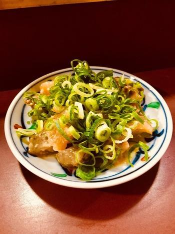 餃子と一緒に食べたいのがどてなべ。牛すじやホホ肉を白みそで煮込んだ一品は、ほっこり温まる美味しさです。