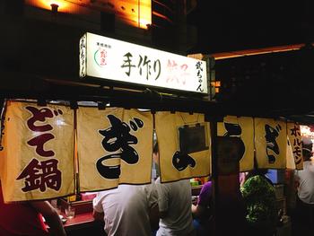 屋台と言えばラーメンが多いですが、こちらの屋台では餃子が美味しいと評判です。餃子屋で修業経験のある店主の餃子は、いくらでも食べられると県外からもファンが訪れる人気店。中洲の那珂川沿いにあります。