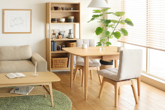 お部屋の中のしつらえは木のぬくもりを感じる家具をそろえていくと、落ち着いた雰囲気のお部屋を作ることができます。スウェーデンのおうちはシンプルで装飾もちょうどよいラーゴムな家具を厳選して、居心地の良い空間に仕上げているのです。