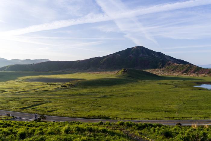 鳥帽子岳の北麓に広がる二重式火口の跡にある「草千里ケ浜」。約3万年前に形成された直径約1kmの大草原です。阿蘇の美しい大自然の風景を楽しめます。
