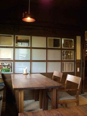 築160年の蔵を改装した店内は、木の温かみを感じる素朴な雰囲気が印象的。心地よい空間でゆっくりくつろぐのにぴったりのカフェです。