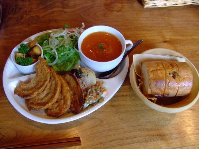 畑の野菜ワンプレートセットは、お麩のソテー、お惣菜3品、スープ、サラダ、パン、プチデザートが付いたランチ。野菜たっぷりでヘルシーなのがうれしいですね。