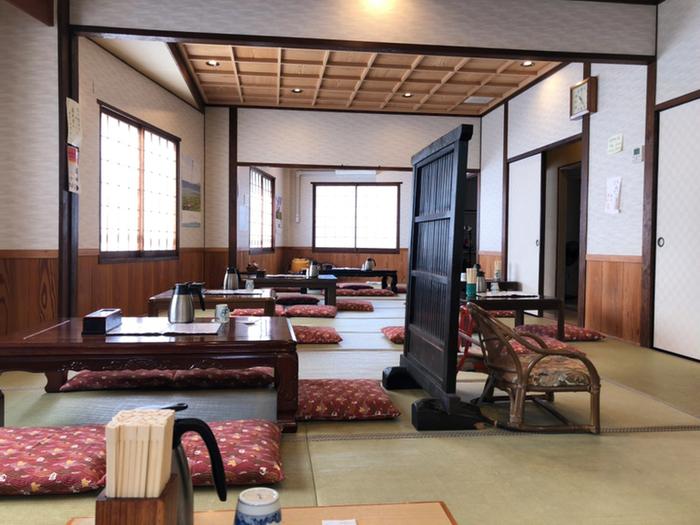 1階はカウンター席・テーブル席・座敷席があり、2階は座敷席のみになっています。昔ながらの雰囲気で落ち着きそうですね。