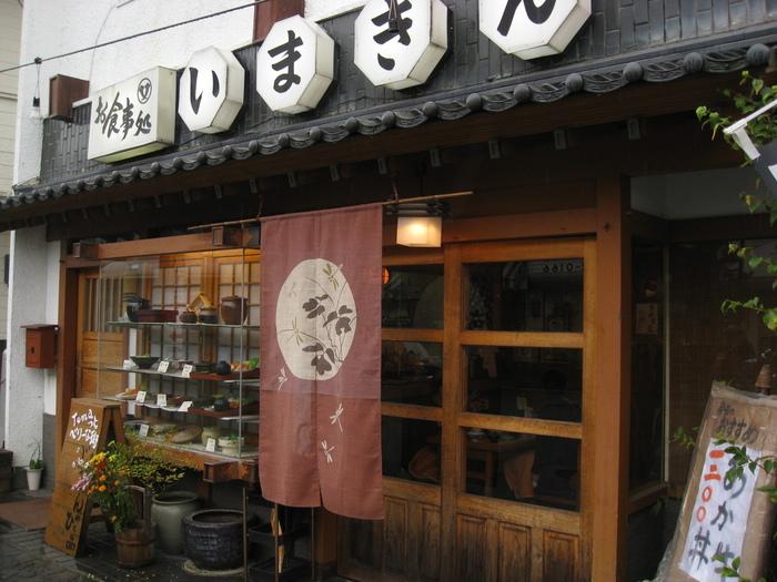 阿蘇内牧温泉にある「いまきん食堂」は、創業100年以上の歴史を誇る大衆食堂です。メディアにも登場する有名店で、休日は行列が絶えません。赤牛を使った大人気の「あか牛丼」を求め、全国各地から観光客が訪れています。