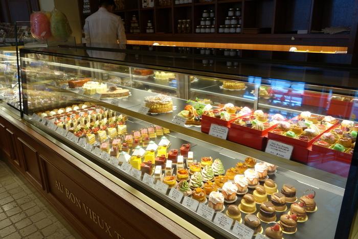 店内には見た目も美しいケーキをはじめ、焼き菓子・パン・デリなど豊富なメニューが並びます。イートインスペースも併設されているので、お好みのケーキを選んで店内でいただくことができますよ◎。フランスの伝統的な焼き菓子は、自分用にはもちろんのこと、ご家族やお友達へのお土産にもおすすめです。
