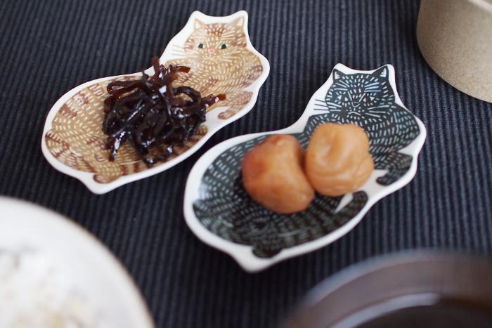近年では、伝統的な製法を守りながら新しい柄を取り入れて、今の暮らしに馴染むデザインの磁器も増えています。大人気の型染め作家「kata kata(カタカタ)」さんがデザインした<倉敷意匠>のお皿は、昔ながらの印判手という技法を使い、モダンな絵柄が味わい深く表現されています。