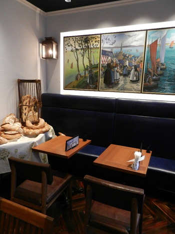 店内にはカフェが併設されており、そば粉のガレットやブリュターニュ産シードルなど、お食事やアルコールも楽しむことができます。フランスの一流パン職人が手掛ける素敵なブーランジェリーで、本場ブリュターニュの味を堪能してみませんか?
