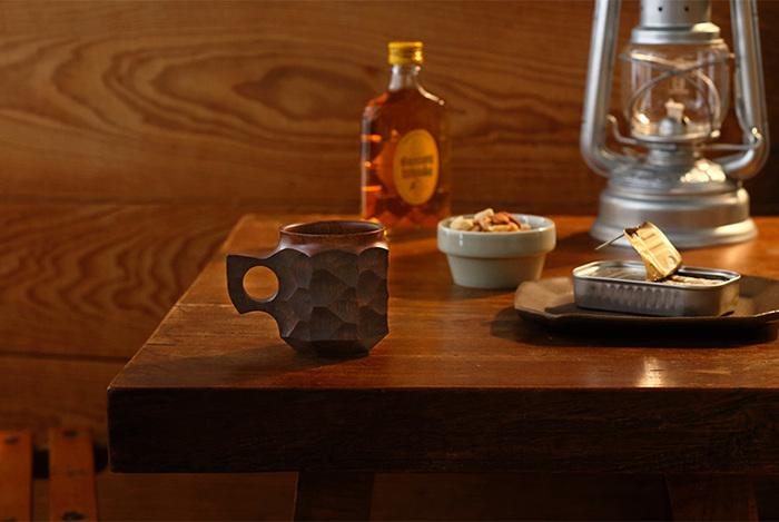 鹿児島の木工ブランド<アキヒロ ウッドワークス(Akihiro Woodworks)>のカップは、お酒も似合う大人の佇まい。深みのある良い色は、何度も生漆を刷り込む「摺り漆」によるもの。地元に自生するタブノキの塊をくり抜いた、手彫りの陰影がダイナミックな個性派です。しっかりとした作り、驚くほどの軽さのカップは、キャンプやピクニックなどアウトドアでも活躍してくれます。自由に使い手と付き合ってくれる頼もしさが良いですね。