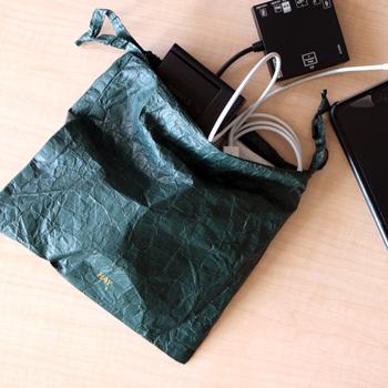 重さはわずか3gの、紙のように軽い「HAY(ヘイ)」の巾着。素材はアメリカのデュポン社が開発した特別な不織布を使っています。水滴などが落ちても中には浸透せず、反対に中に濡れタオルを入れても外が濡れることはありません。 おしゃれな見た目で、濡らしたくない書類やガジェットなどのパッキングに便利です。
