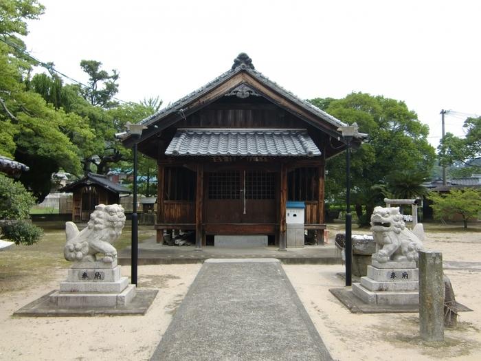 奈良時代に創建されたと言われる「白鬚神社」。本殿にある飛天の彫刻が見事で一見の価値あり。能古島の守り神として島の方々にも親しまれ、福岡市の無形民俗文化財にも指定されている「おくんち」をおこなう神社です。