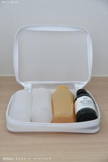 シンプルな「無印良品」の小分けボトルは、ほどよい大きさともれにくい構造で旅にも安心です。同じく無印良品のEVAポーチに入れるとぴったりサイズで、そのままお風呂にも持っていけます。