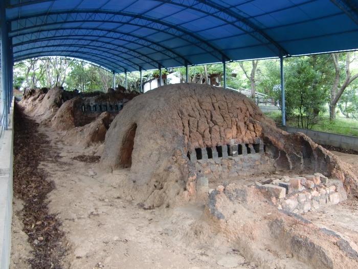 能古島博物館の庭園内にある「能古焼古窯跡」。江戸時代に20年ほど稼働した藩窯。「幻の能古焼」とも伝えられていて、幾度となく修復された様子が伺えます。九州最大の規模ともなる窯跡です。