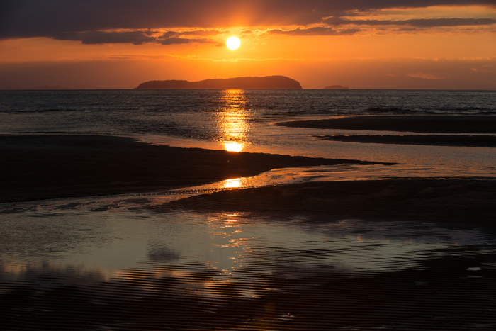 ボリビアの「ウユニ塩湖」を思わせる絶景が見られるスポットとして今、SNSを中心に話題の「父母ヶ浜」。日本の夕陽100選に選ばれた美しい夕景は一見の価値ありです。