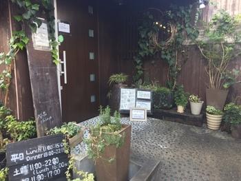 「cafe 茉莉花」は、古民家をリノベーションしたカフェです。野菜をふんだんに使った体にやさしいメニューが揃っていて、ランチもディナーも評判です。