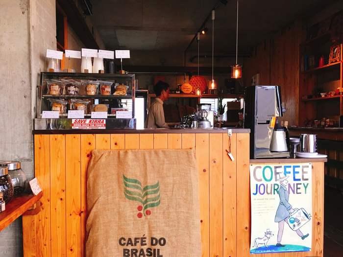 コンクリート×木の異素材の組み合わせが印象的な店内は、カウンター席のみ。コーヒーの香りに包まれながら、まったりとした時間を過ごすことができます。