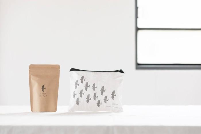 """""""どこに行っても美味しいお茶を""""というコンセプトのもと、携帯に便利なサイズで専用のトラベルポーチもついた「茶屋すずわ」の煎茶ティーバッグ。急須がなくても、お湯さえあればどこでも本格的なお茶が味わえます。海外旅行にもおすすめです。"""