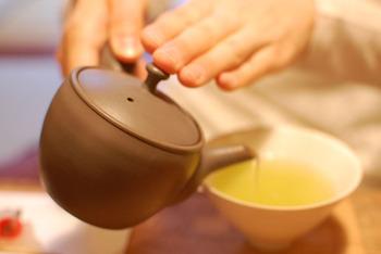 日本で生産されている茶葉の60%が煎茶というほど、煎茶はたくさんのひとに飲まれているお茶のひとつです(※H28年農林水産省データより)。すっきりとした味わいと、爽やかな香りが特徴の煎茶はくせがなくギフトにも喜ばれます。