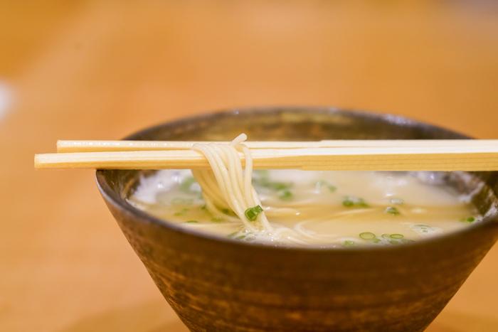 水炊きの〆は雑炊が一般的ですが、こちらでは博多ラーメンにすることもできます。鶏の旨味たっぷりのラーメンは絶品です!