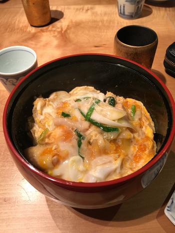 ランチの水炊きは1人前2800円ですが、平日はとってもお得!水炊きスープを使用した親子丼や唐揚げ定食を1000円以下で食べられますよ。