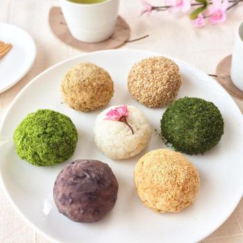 春らしい雰囲気の和菓子を桜の木の下で食べると、きっとみんな笑顔になれるはず。暖かな春がやってきたら、家族や友人を誘ってお花見に行ってみませんか?