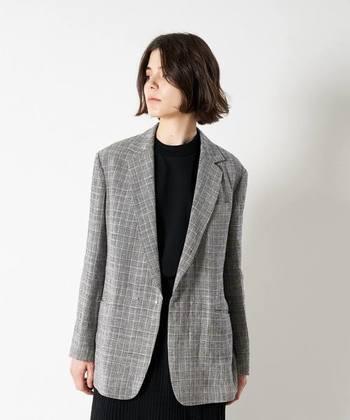 シンプルな装いをおしゃれにアップデートする「柄アイテム」。オフィスカジュアルに取り入れる場合には、シックな色合いのものや上品なチェック柄がおすすめです。メンズライクなチェック柄のテーラードジャケットは、スカートやパンツスタイルなど様々なコーディネートに活躍してくれますよ。