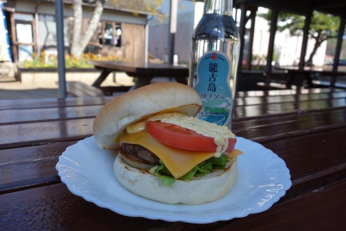 能古島のご当地バーガーとして知られる「のこバーガー」。注文してから作るパテは香り高くジューシー。野菜の甘みも加わり優しい味わいに。旬の時期になるとレタスやトマトも能古島で採れたものを使うそう。地産地消にこだわり、丁寧に作られています。