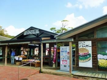 能古渡船場のすぐ横にある「のこの市」。 能古島で採れた野菜や果物、能古うどんなどが並び、お土産なども購入できる場所です。ここに「のこバーガー」のお店があり、多くの観光客が「のこバーガー」目当てに訪れています。