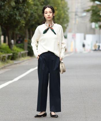 こちらはベイカーパンツのポケットディテールを活かした上品なセミワイドパンツです。白×ネイビーの爽やかな配色は、きちんと感が大切なビジネスシーンにぴったり。女性らしいシルエットのパンツは、シャツやニットなど様々なトップスと合わせやすく、幅広いコーディネートに着回せますよ。