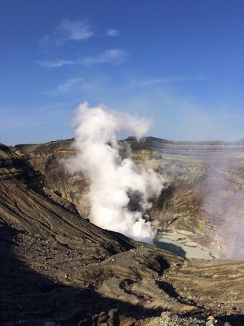 阿蘇の観光スポットと言えば、阿蘇山は欠かせません。特に人気なのが「阿蘇中岳火口」です。世界有数のカルデラを誇る阿蘇山の火口を間近で見学することができます。