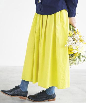 ネイビーやブルーの真逆なカラーを合わせれば、ミモザカラーを素敵に大人可愛く着こなせます。