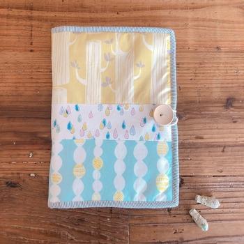 優しくかわいい柄のハンドメイドの母子手帳ケース。表はさらっとしたプリント生地に中綿を詰めているので、ふわふわした柔らかい肌触りです♪