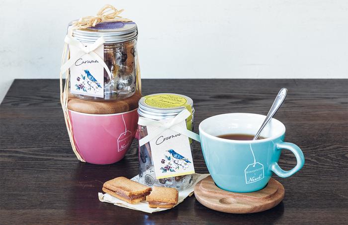 日常的に使えるカップ類は工夫を凝らしたものを。このマグカップは、内側に湯量の最適ラインが入っているので、紅茶をちょうどいい濃さで美味しく飲むことができます。しかも茶葉を蒸らせる蓋は、コースターや菓子置きとしての利用もできるから、使う人のことを考えて選んでくれたと思われるかも。