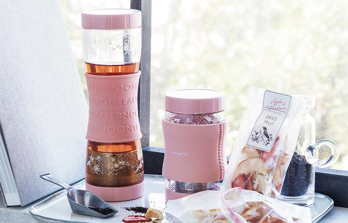 容量に応じて2種類の大きさが選べるツインキャップボトルは、茶葉を入れてひっくり返すだけで抽出することができる優れものです。ドライフルーツを入れると、フルーツティーとして楽しむこともできるので、贈るときに飲み方のアドバイスを書いて添えるのも一つのアイデア。
