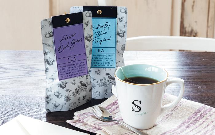 専用ボックスがさらに特別感を演出してくれる、イニシャル入りマグカップ。厳選茶葉のカスタマイズティーを添えれば、上質なティータイムのプレゼントになります。