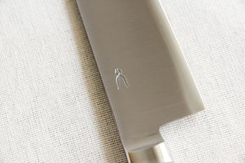 刃になる部分の鋼は、よく切れさびにくい「SLD鋼」を採用。その外側をステンレスで挟んだ三層構造になっています。毎日使うものだからこそ、お手入れのしやすいものを選ぶのが一番ですね。