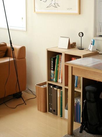 勉強道具が増えてきたら、棚をひとつ用意すると片づけやすく。お子さんも、リビングに自分の勉強道具を置くスペースがあることで、スムーズに学習に入っていけるのではないでしょうか。