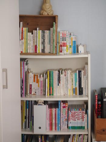ざっくりと大人の本、子どもの本に分けたら、高さ別に並べていきます。本収納は、高さが揃っているだけでぐんと美しさが引き立ちますよ。