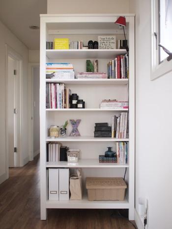 オープンタイプの本棚は、本と一緒にお気に入りの雑貨をディスプレイするのも素敵。玄関や廊下のおしゃれなディスプレイにもなっています。  大容量の本棚は、あえて本を詰め込み過ぎずにゆとりを持って収納するのがおしゃれに仕上げるコツ。