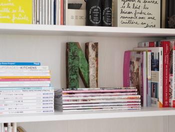 本の高さが棚板の幅に合わない場合は、横置きにしてみても。縦置きと横置きを組み合わせるだけで、ラフな雰囲気がでておしゃれな収納に。