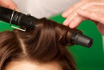 【カールアイロン(コテ)を使った流し方】 1.前髪を流したい方向とは逆に引っ張ります。 2.前髪を挟んだら、コテを少し斜めにしながら髪の中央あたりから内巻きにします。 3.仕上げにサッと流したい方向に手ぐしをすれば完成です!  ※温度は、ストレートアイロンの場合のときと同様に120度~140度と低めに設定しましょう。