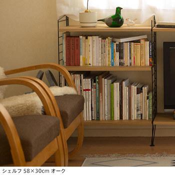 本棚は、ほっとくつろげる場所に置くのがおすすめ。座っている時にも手にとりやすい、リビングのソファサイドやダイニングテーブルの近くなどに本棚を配置してみては。